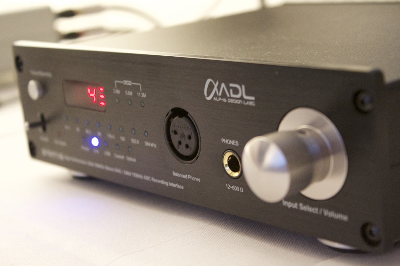 Wie den Furutech ADL Stratos. Ein High Performance D/A Wandler, A/D Wandler mit Line-In, Phono Vorstufe und Kopfhörerverstärker.