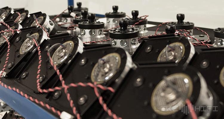 Der Motor des Plattenspielers wartet auf seinen Einbau