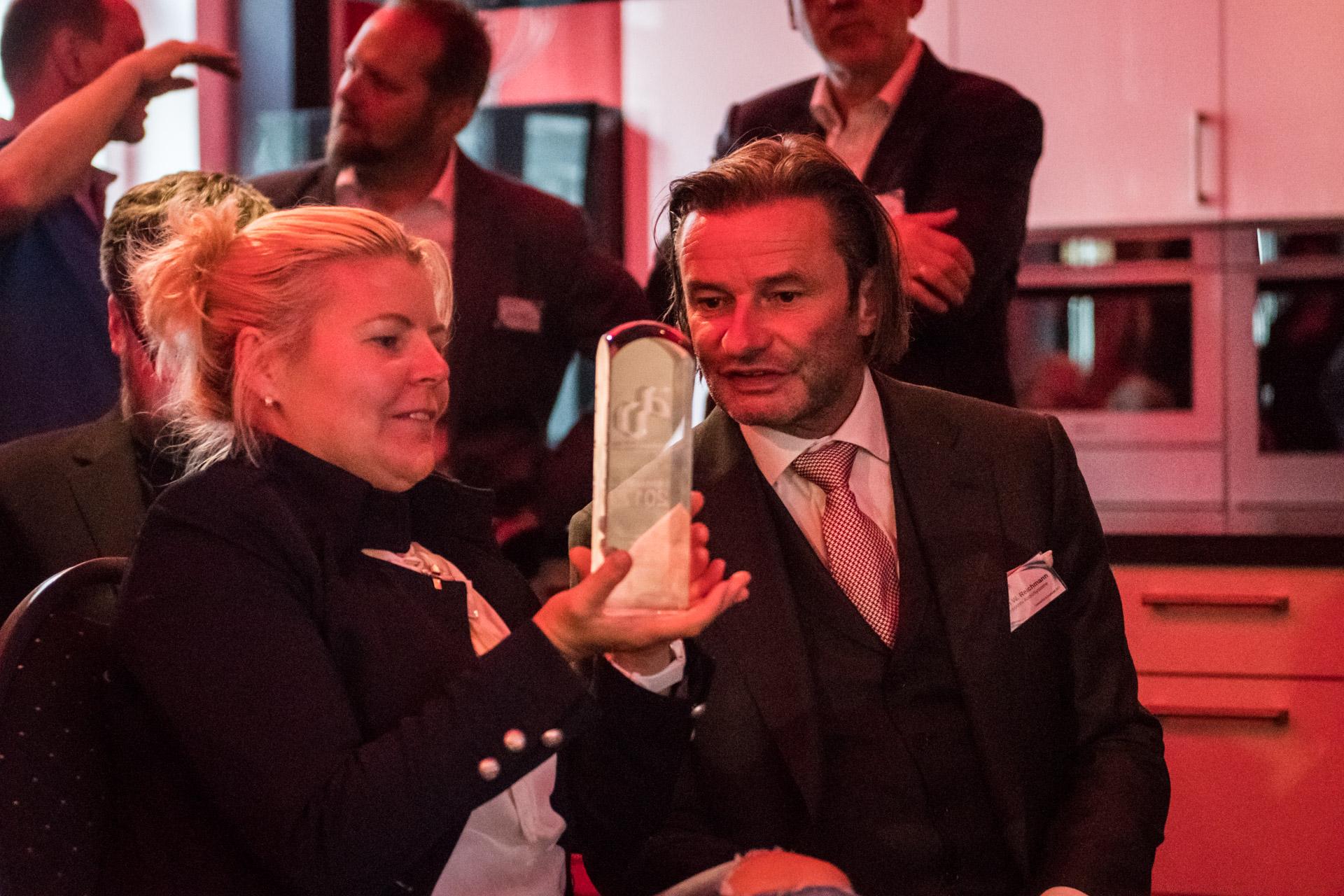 Jürgen Reichmann und seine Frau bestaunen den Award für den Musical Fidelity M6DAC