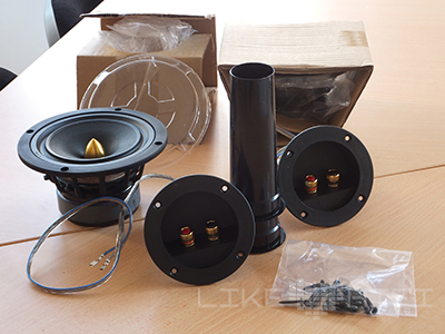 """Alle """"Zutaten"""" ausgepackt: Der Breitband- töner, das Bassreflexrohr und das Anschlussterminal mit der Frequenzweiche"""
