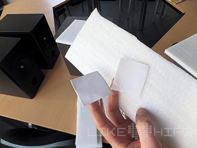 … um es mithilfe von beidseitigem Klebeband im Inneren des Gehäuses anzubringen