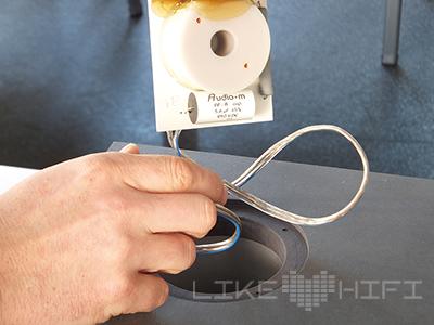 Das rückseitige Anschlussterminal inklusive Frequenzweiche wird einfach einfach eingesteckt, fest geschraubt …