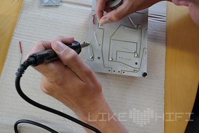 Im nächsten Schritt werden die Bauteile auf der Rückseite der Leiterplatte verlötet, etwas Erfahrung sollte mitgebracht werden