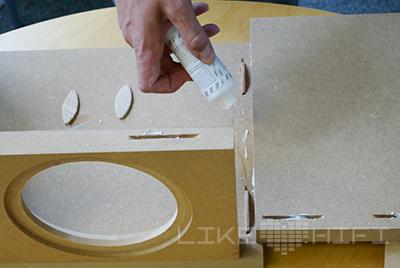 Die MDF-Platten sind vorgefertigt geliefert worden und müssen nur noch zusammengeklebt werden