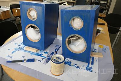 Nach dem Anbringen der Vorderseite lackieren wir die Lautsprecher mit einem schönen Blau und versiegeln diese dann