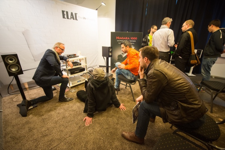 Björn Johannsen zeigt im Elac-Vorführraum die Highlights der Kieler