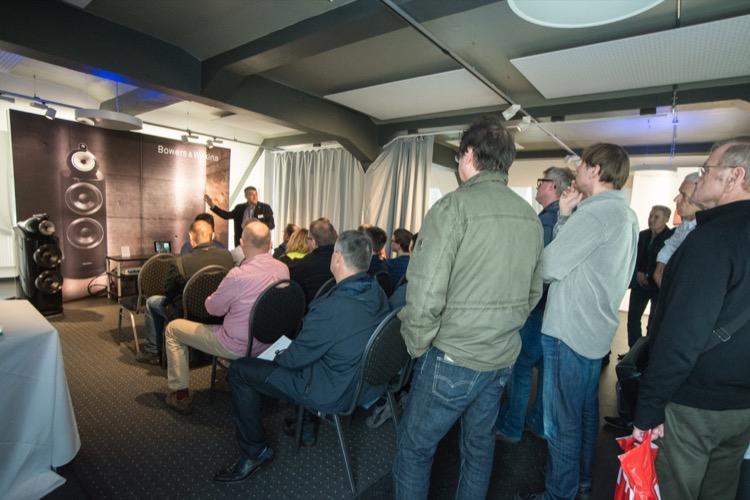Ulf Soldan von B&W stimmt die Messebesucher auf die Vorführung der 800er Serie ein