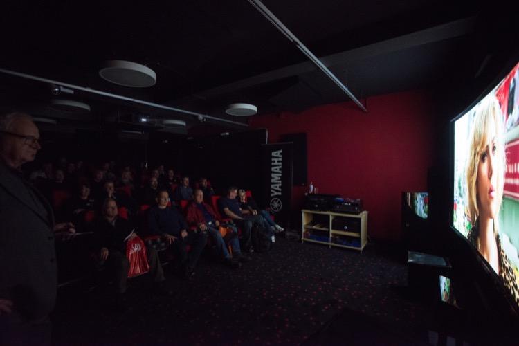 Peter Hess führt im stets vollen Kinosaal den neuen 4K Beamer DLA-Z1 von JVC vor