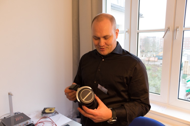 Florian Schober erklärt interessierten Besuchern das neue Modell Amiron Home von Beyerdynamic