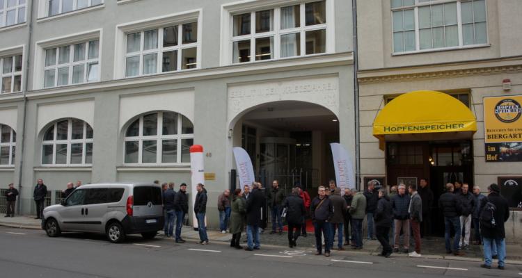 Schlange stehen, ehe die Neuauflage der Mitteldeutschen HiFi-Tage startet.