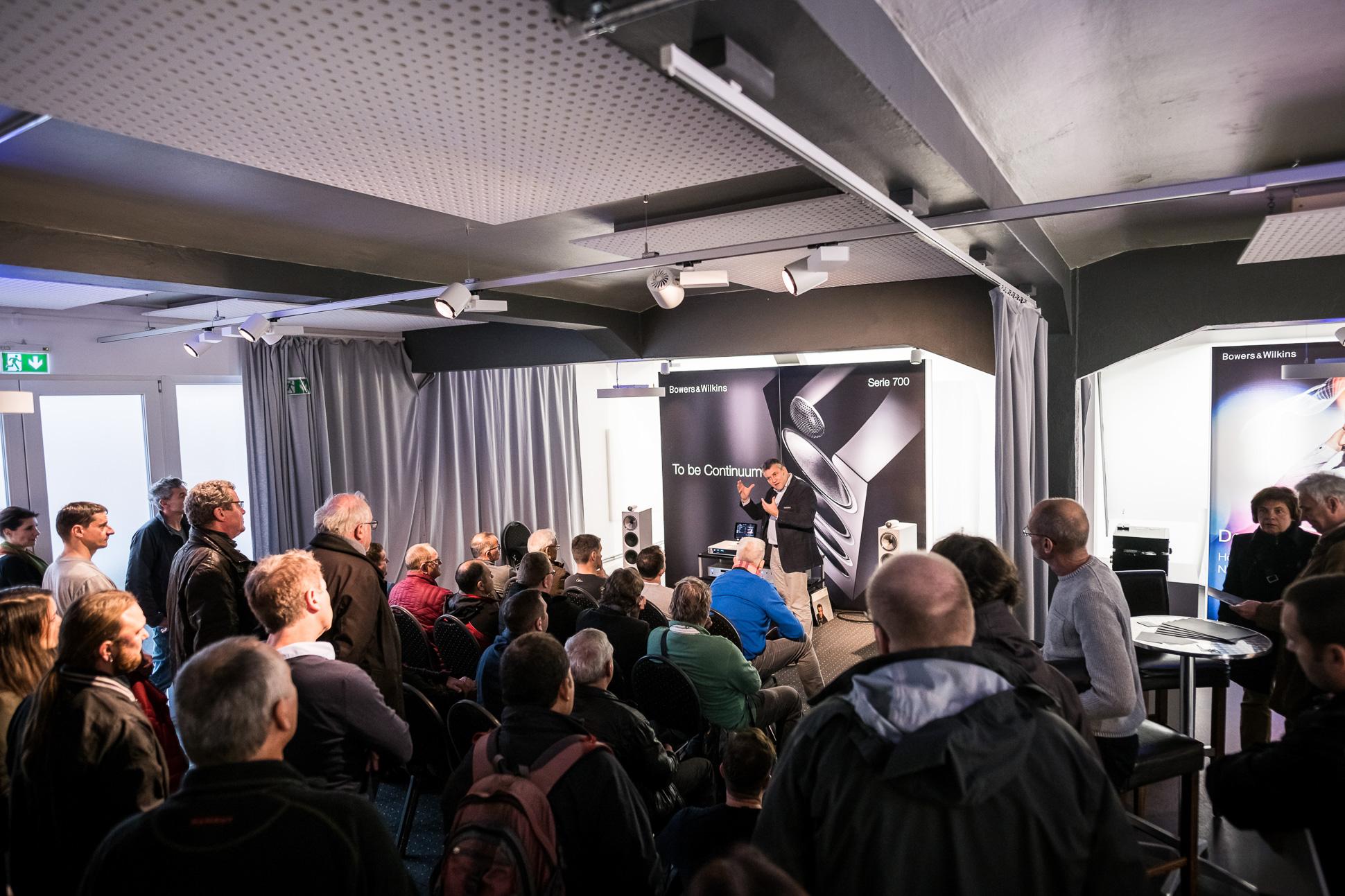 Im Raum von Bowers & Wilkins herrschte naturgemäß dichtes Gedränge. HiFi-Legende Ulf Soldan stellte die neue 700er Serie vor.