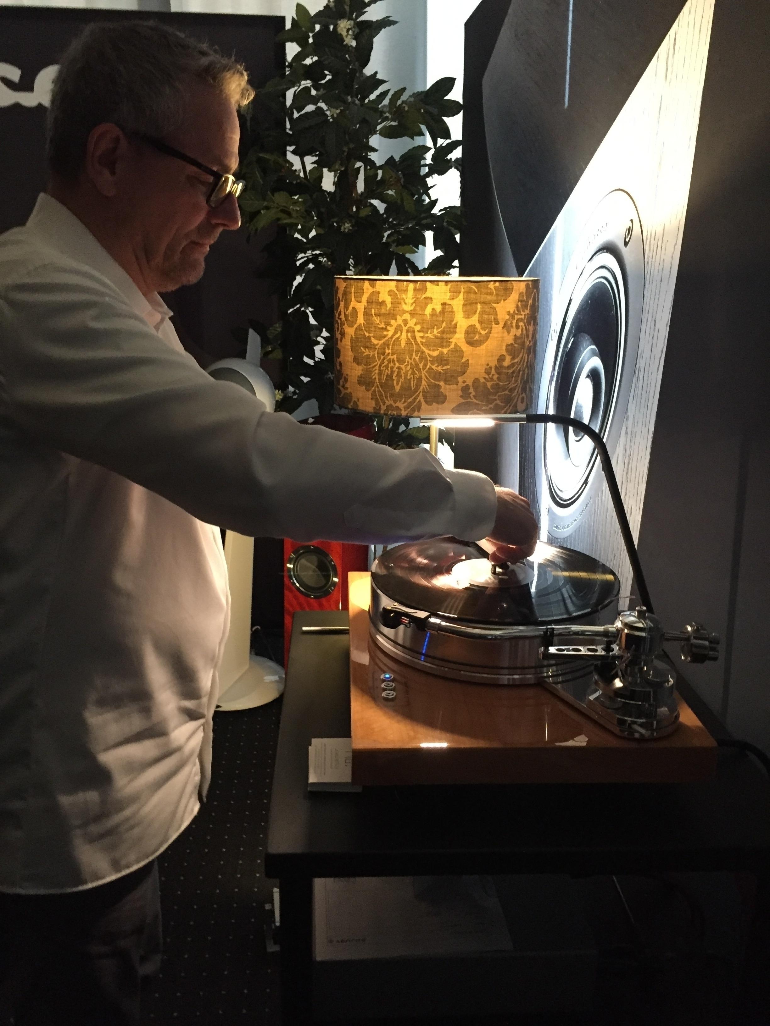 Staub, der natürliche Feind des Vinyl-Fans. Achim Pietsch von Cabasse hat sich mit der Carbonfaserbürste bewaffnet.