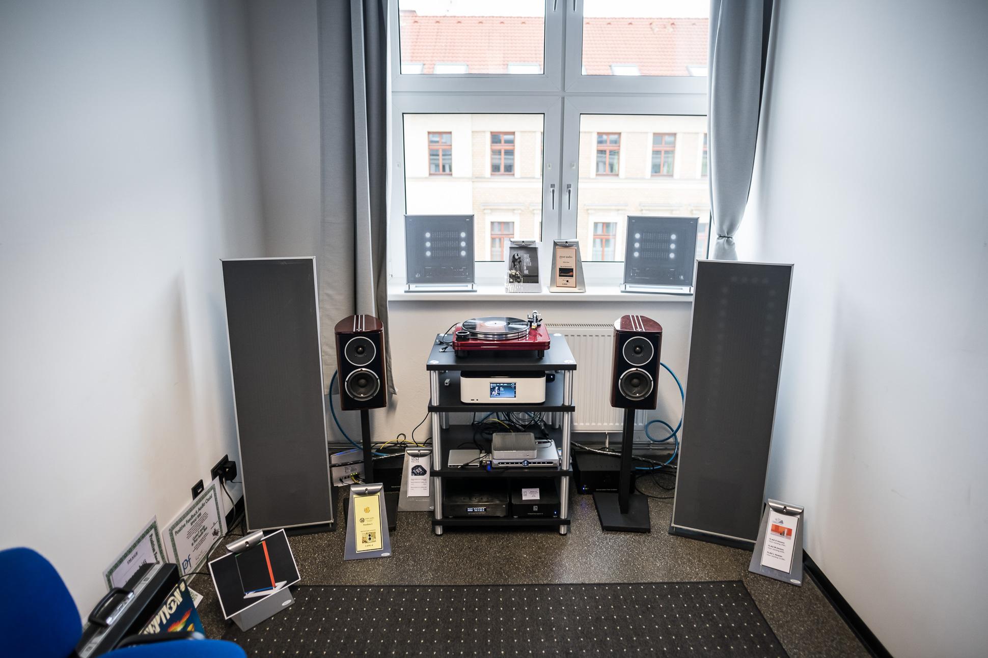 Besonderes Highlight im Raum von Robert Ross Audiophile Produkte waren die Flächenlautsprecher von Fonica aus Italien.