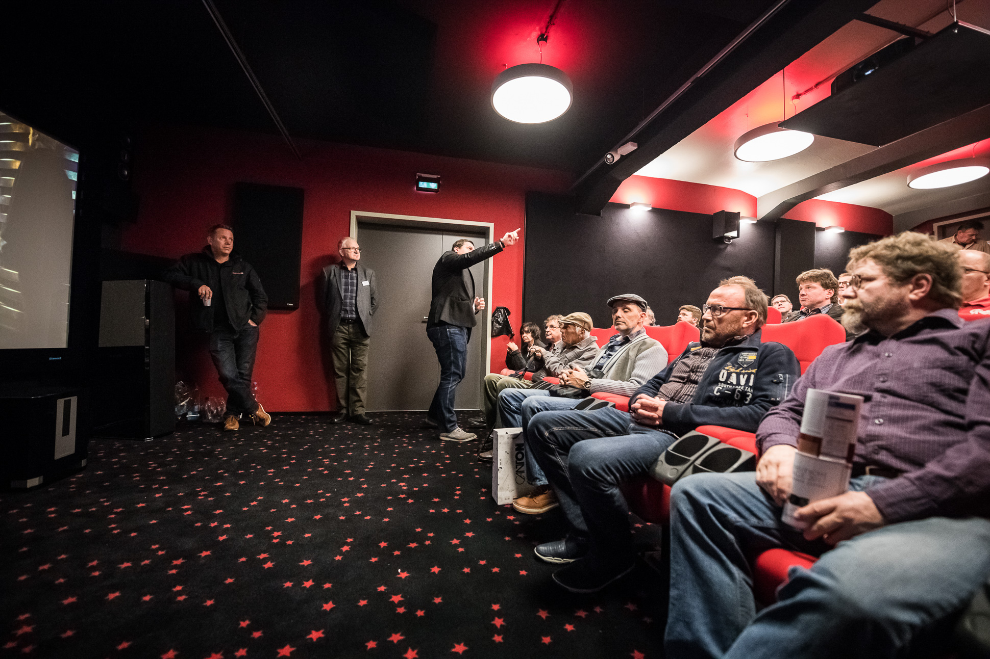 Carsten M. Bröcker von Avinity erläutert den Zuschauern im Heimkinosaal die Vorzüge des neuen 4K-HDMI Kabels von Avinity.
