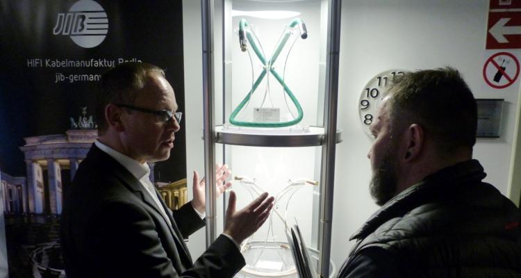 York Dettmers von der Berliner Kabelmanufaktur JIB / Boaacustic erklärt interessierten Kunden Details zu den Kabeln.