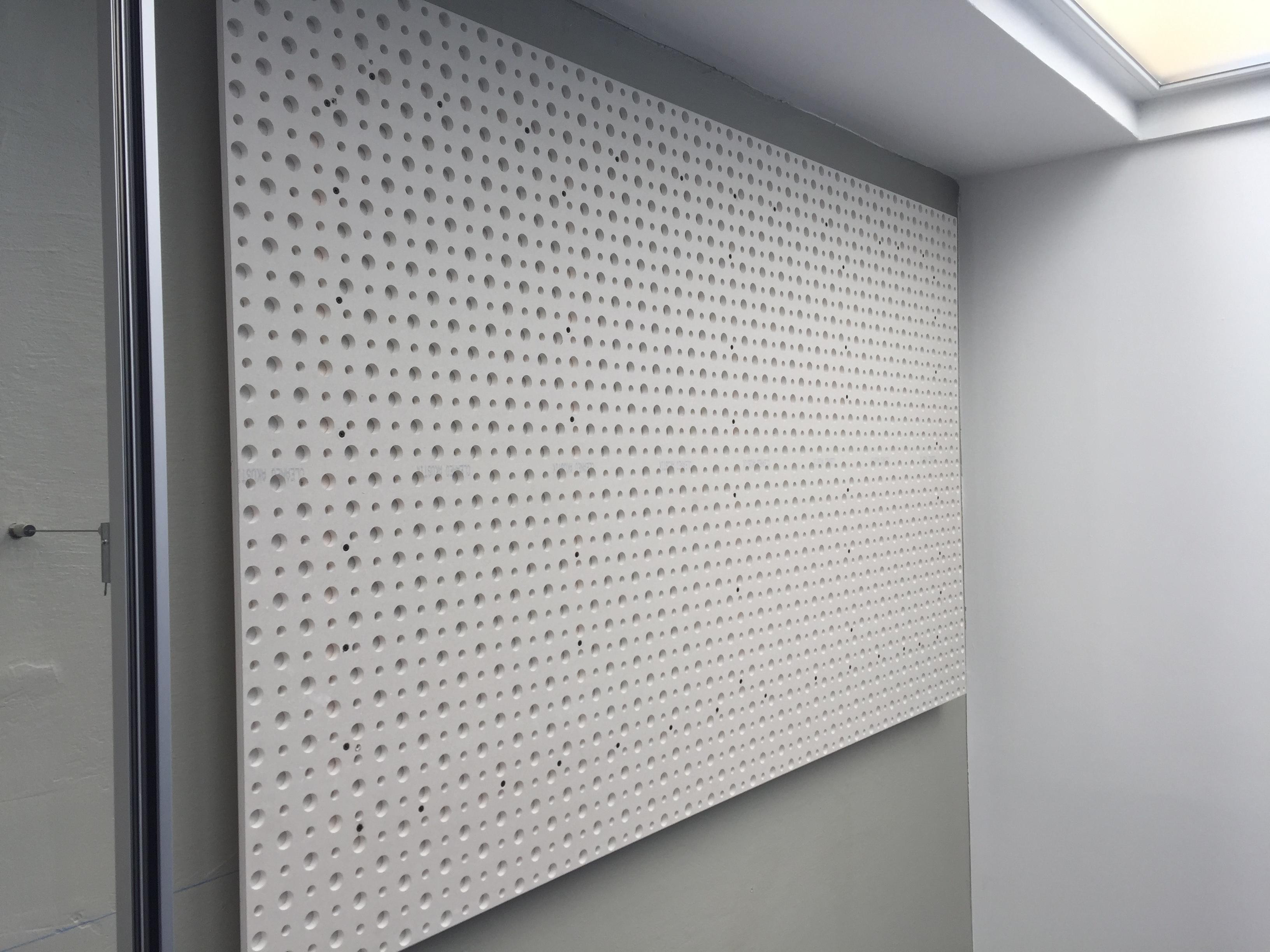Der Hörraum von B&W wird so mit 20 Akustik-Deckensegeln der Firma Knauf bestückt und mit Mineralwolle bedämpft. Das Ergebnis kann sich bereits hören lassen. Wir freuen uns darauf, wenn B&W und seine Besucher den Raum zum klingen bringt. Bis dahin werkeln wir noch an weiteren akustischen Finessen.