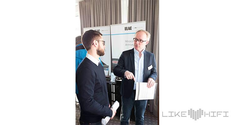 Björn Johannsen von Elac im angeregten Gespräch mit unserem Kollegen Benjamin Mächler.