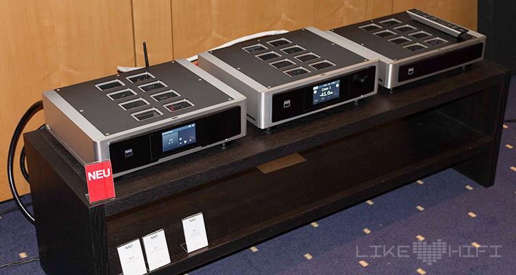 Links ist der neue M50.2 von NAD zu sehen. Ein digitaler Musikserver mit eingebauter Festplatte und CD-Player.