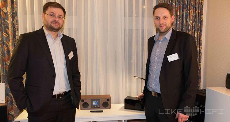 Markus Nagler (l.) und Nils Makossa von NT-Global sind begeistert von den neuen Como-Audio-Radios, die neu im Portfolio sind. Hinter Como Audio verbirgt sich kein geringerer als Tom DeVesto, der Begründer von Tivoli Audio.