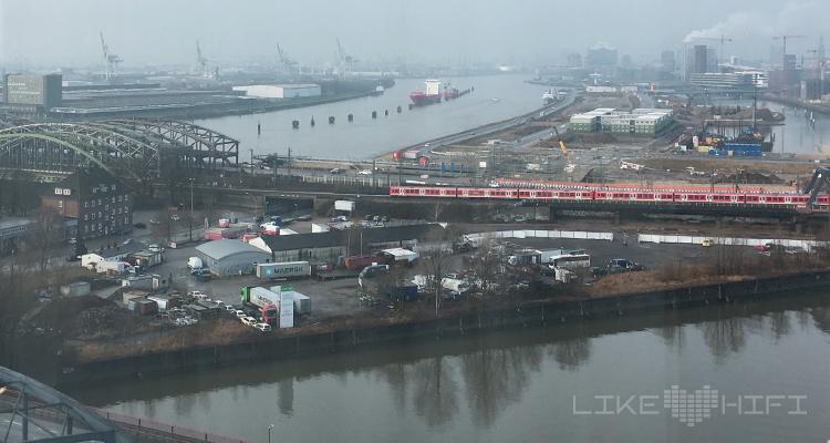 """Im 18. Stockwerk der Norddeutschen HiFi-Tage gab es zudem noch einen tollen Ausblick auf die Elbe und die Hafencity unter dem Motto """"HiFi über den Wolken""""."""