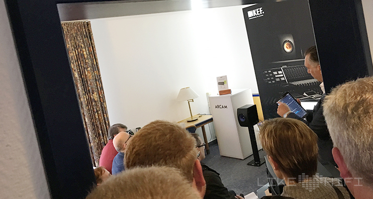 Kein Reinkommen mehr bei KEF: Johan Coorg führt den gespannten Besuchern die KEF LS 50 Wireless vor.