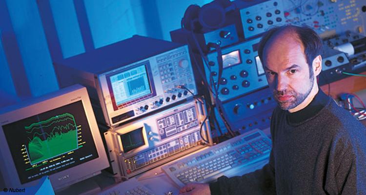 Herr Nubert 1995 an seinem futuristisch anmutenden Arbeitsplatz