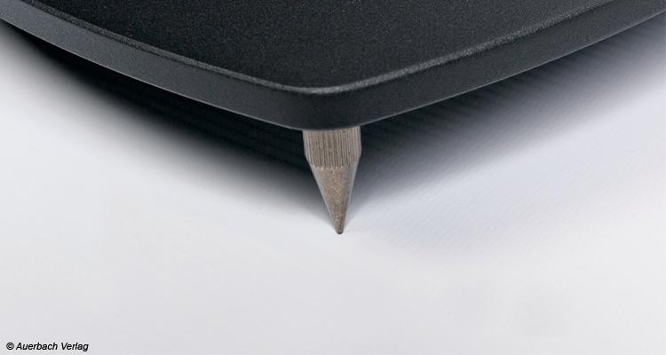 Unterhalb der Bodenplatte werden Spikes montiert, um Schwingungen zu minimieren. Für empfindliche Böden liefert Teufel aber Unterlegscheiben mit