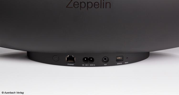 An der Rückseite die vier Eingänge (Ethernet, Strom, AUX und USB-Service)
