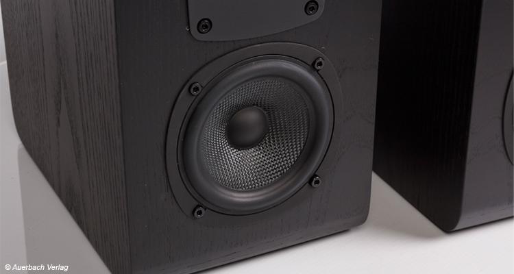 Der Mittel- und Tieftöner ist klassisch unten angeordnet und überzeugt in komplett schwarz wie der gesamte Lautsprecher