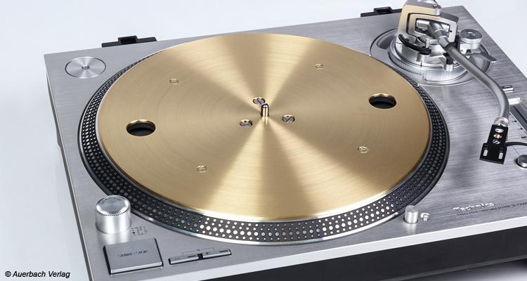 Der Plattenteller mit seiner Messingplatte glänzt golden und vermittelt mit dem silbrigen Aussehen ein hochwertiges Gesamtbild