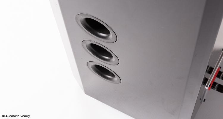 Die drei Bassreflexöffnungen befinden sich entweder links oder rechts von der Front aus und können verschlossen werden