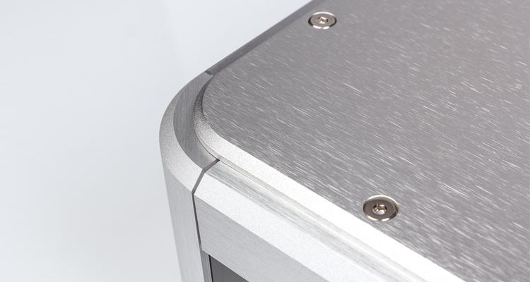 Das optisch-ansprechende Aluminiumchassis ist CNC-gefräst, jedoch die offenen Schraubenköpfe beim T3.2. mögen sicherlich nicht jedermanns Geschmack sein