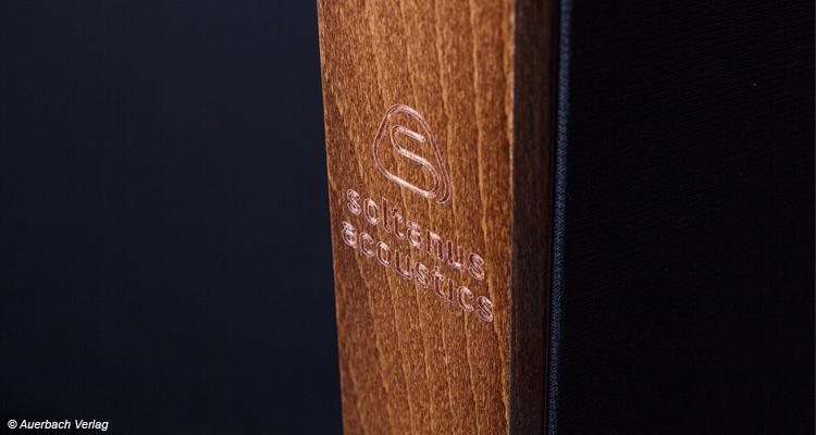 Ein elegantes eingraviertes Logo der Firma Soltanus Acoustics ziert den Elektrostaten