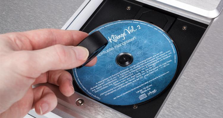 Das Toploader-CD-Fach beim T3.2. ist genauso massiv, wie der Rest des Gehäuses. Der Clou: eine magnetische Halterung der CD