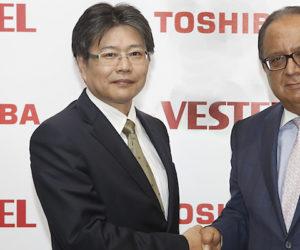 Atsushi Murasawa (l.), Präsident Toshiba Visual Solutions, und Turan Erdogan, CEO Vestel Group.