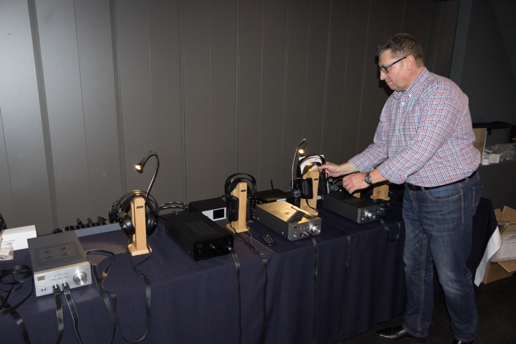 Ralf Engel von der Audio Trade HiFi-Vertriebsgesellschaft mit den brillanten, elektrostatischen Kopfhörern