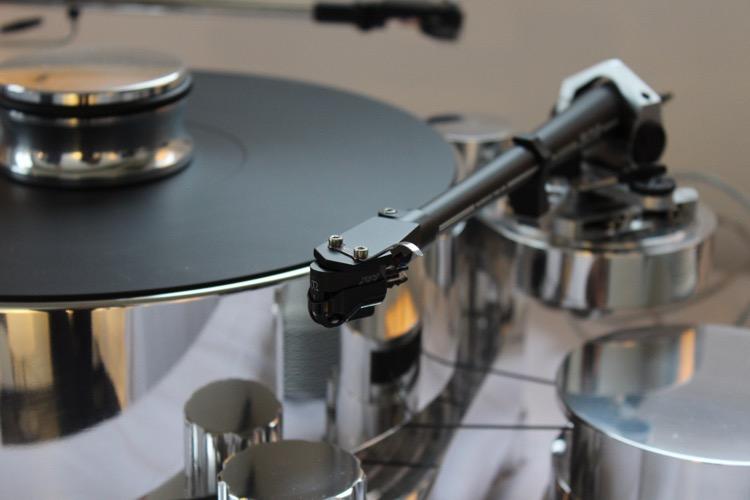 Die Neuheit von Transrotor: Massima. Der Plattenspieler kann bis 4 Tonarme tragen und wird durch das massive Aluminum bis zu 50 kg schwer