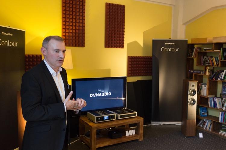 Roland Hoffmann (PR-Manager von Dynaudio) stellte in einer beeindruckenden Vorführung die neue Contour Serie vor