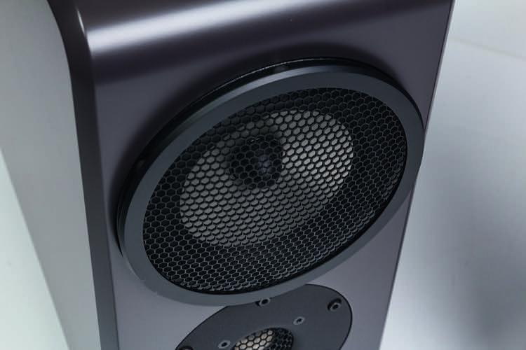 Eine Design-Lautsprecherabdeckung mit Magnethalterung schützt den Treiber