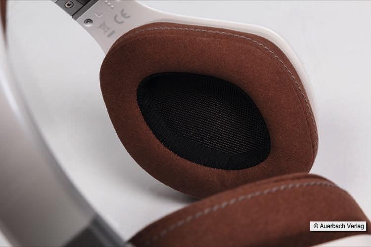 Design und Komfort in Symbiose. Hochwertige Materialien wie Leder und Memory Foam machen den Kopfhörer zu einem extrem komfortablen Schmuckstück