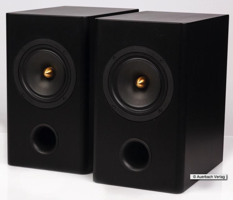 Das Bassreflexrohr besitzt keine Kanten, an denen sich der Schall brechen kann und ist nach vorn gerichtet. Dadurch reduzieren sich die Bassreflexionen an der Rückwand des Hörraums