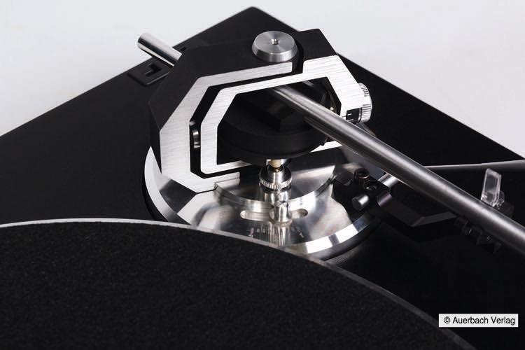 Der neue Tonarm besitzt ein vierfach kugelgelagertes Kardanlager und einen verwindungssteifen Tonarmkopf aus Carbon-Fiber