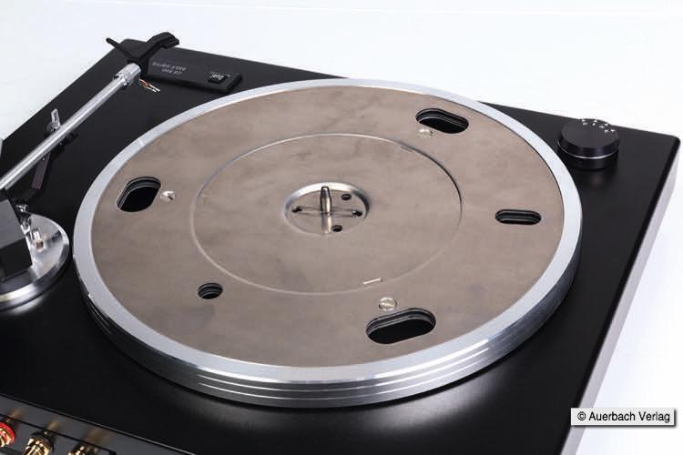 Der 1,05kg schwere Plattenteller ist eine Sandwichkonstruktion mit Dämpfungsringen aus Kupfer