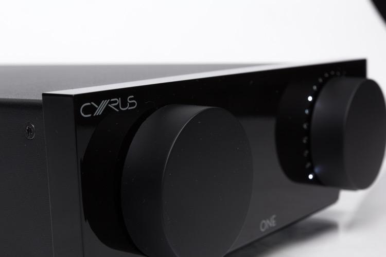 Der Stereovollverstärkter Cyrus One in der Frontansicht. Ein Display gibt es nicht, dafür LEDs, die um die Drehregler angeordnet sind
