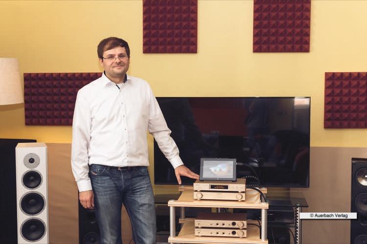 Markus Nagler von NT Global Disbribution (Vertrieb für Questyle Audio) präsentiert uns die unglaubliche Kette, die den Magnetosten HE-1000 zum Brillieren bringt