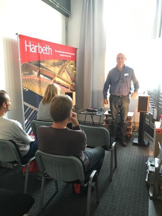 Bernd Hömke von Input Audio (Vertrieb) stellte seine Kette interessierten Besuchern vor