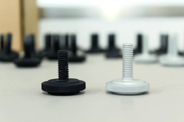 Die Rändel-Spikes gibt es in zwei Ausführungen – in Schwarz und in Weiß