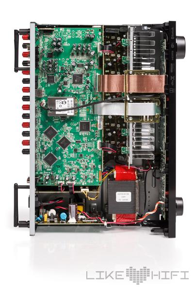 Der eingesetzte 32 Bit Quad-Core DSP-Chip stammt aus dem Hause Cirrus Logic. Es kommt ein massiver Transformator in traditioneller Mantelbauweise zum Einsatz. Massive Endstufenleistung braucht auch enstprechende Kühlrippen. Der HDMI-Transceiver kommt von der Firma Analog Devices