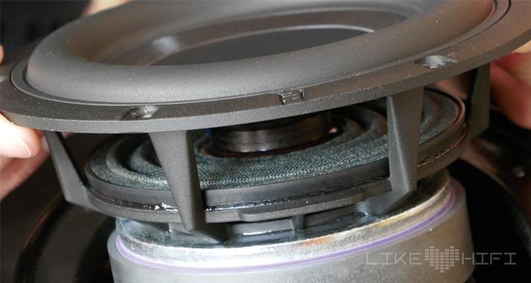 Ein Blick ins Innere verrät woher das Gewicht der nuVero 140 kommt – von den großen und schweren Magneten, die die Töner antreiben