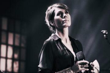 Sängerin Kari Bremnes live auf der Bühne